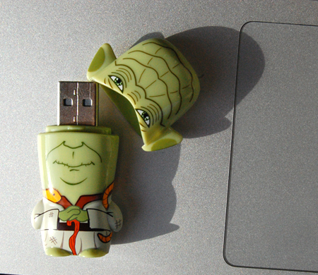 2 GB Mimobot Yoda by Mimoco
