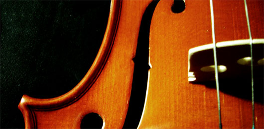 A violin sitting on top of a wooden table