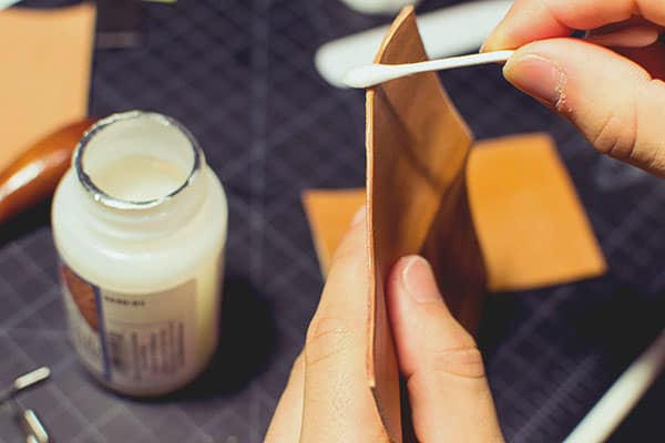 Make a leather wallet - 21 - Burnishing - Gum-