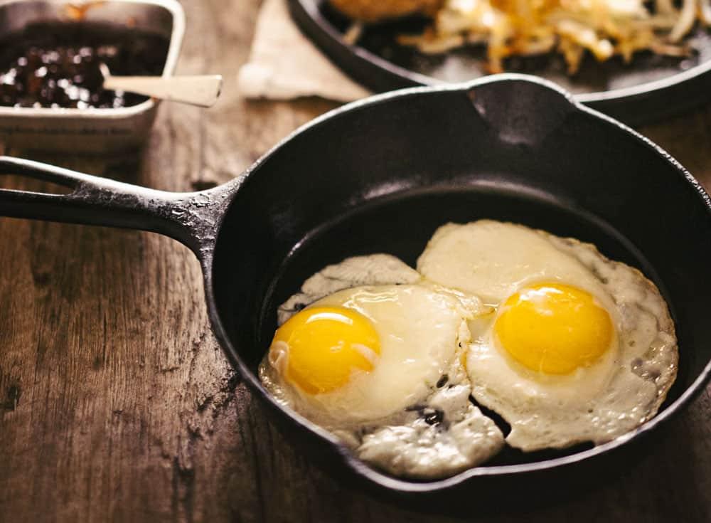 sunny side eggs cast iron skillet