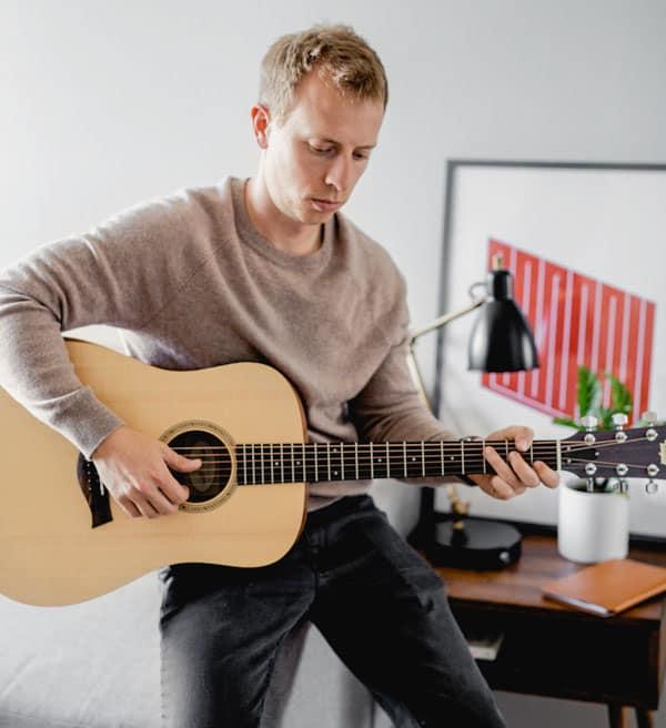 primer playing guitar