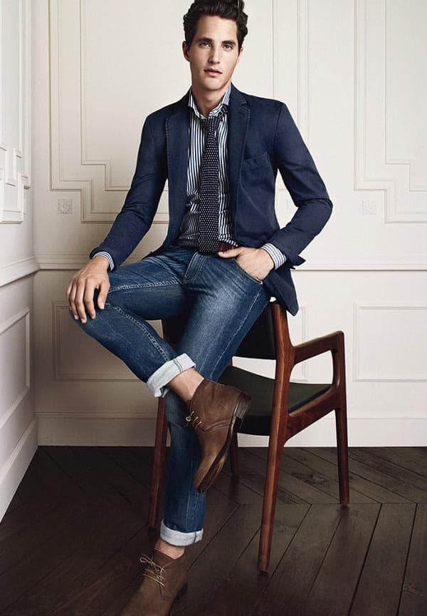 navy blazer with tie and jeans