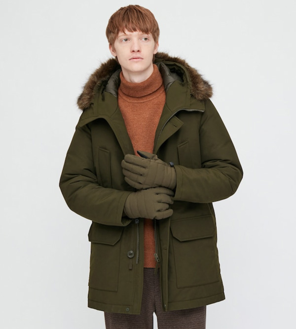homem vestindo parka de inverno uniqlo