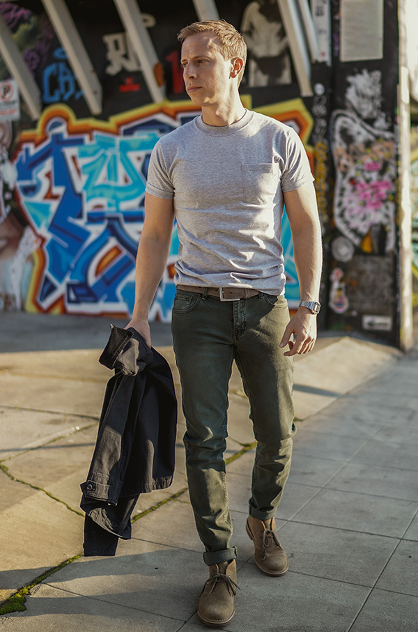 gray t-shirt green jeans
