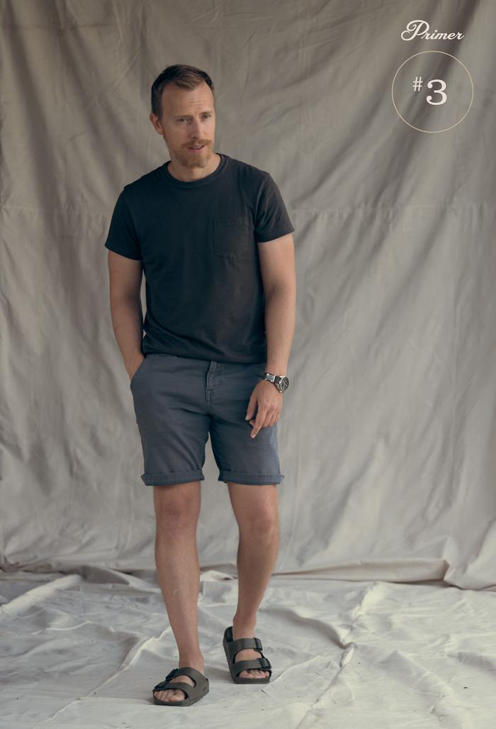 roupa de verão masculina ideia camiseta preta short azul