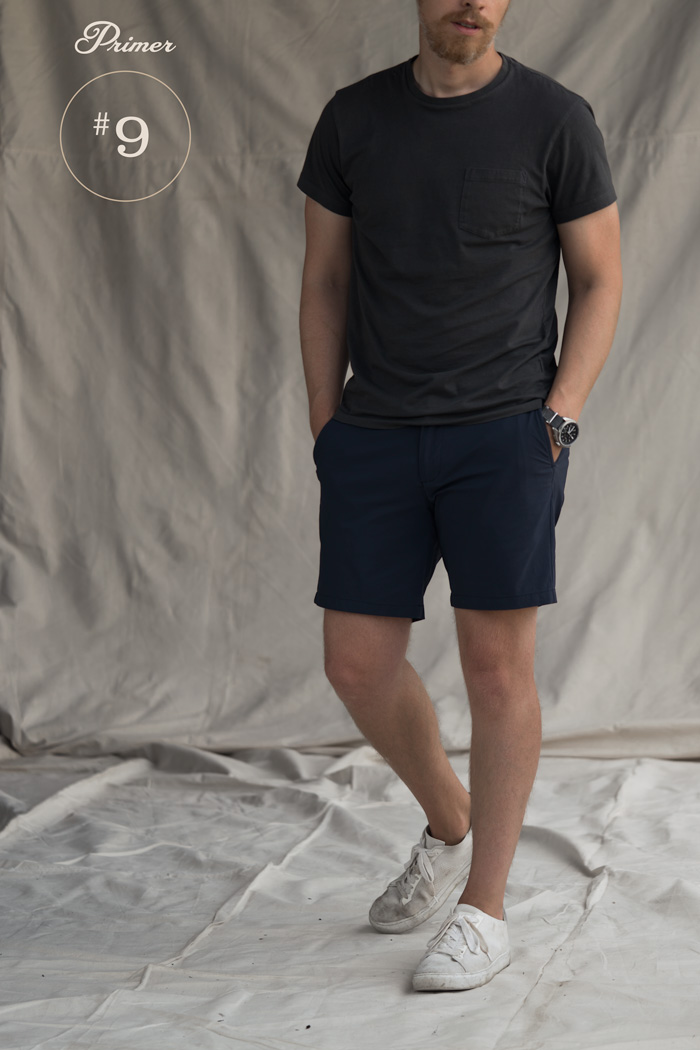 camiseta preta shorts azul tênis branco moda masculina