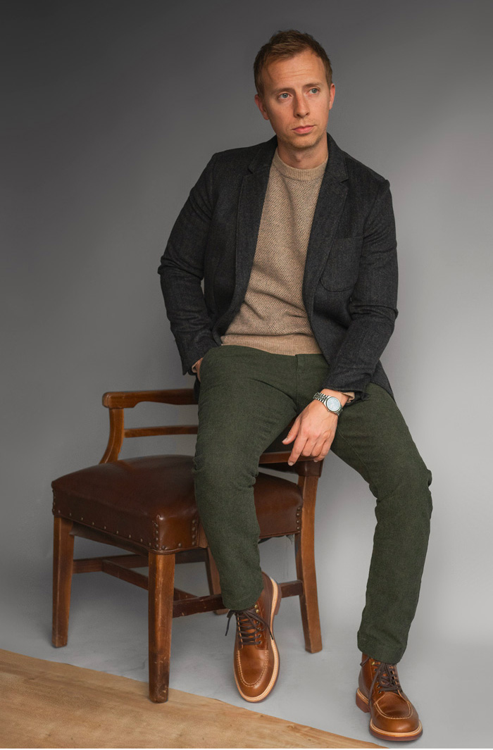 homem vestindo roupa casual de negócios com estilo robusto e botas de dedo do pé moc